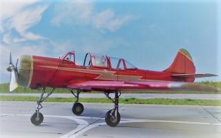 Самолет Як-52 на постамент